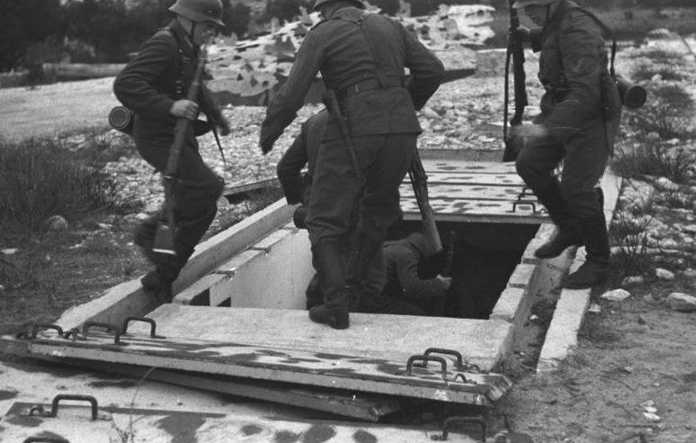 Расчет по тревоге спускается в бункер.1942 г.