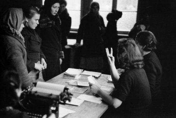 Регистрация в пересыльном лагере. Зима 1943 г.