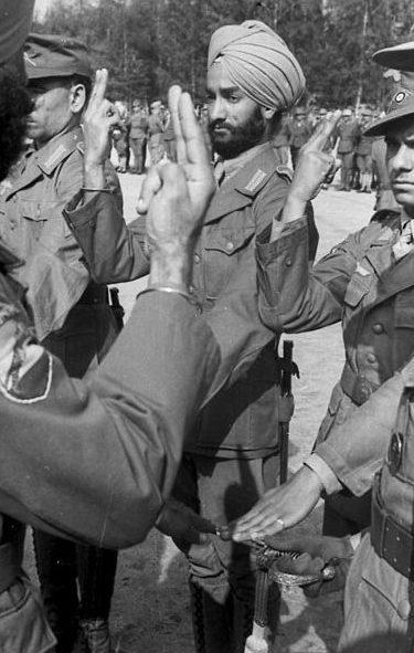 Солдаты легиона «Свободная Индия» приносят присягу. 1942 г.