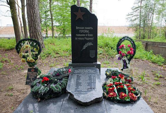 д. Кустовница Мозырского р-на. Памятник, установленный на братской могиле бойцов 1326-го стрелкового полка, 415-ой стрелковой дивизии.