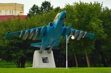 Памятный знак в честь героев-авиаторов возле Кургана.
