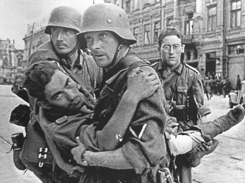 Раненный немец во время боев за город. Июль 1942 г.