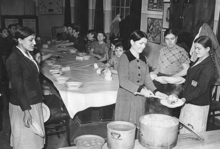Обеденный перерыв остарбайтеров в столовой издательства «Scherl» в Берлине. Фотография немецкой пропаганды. Февраль 1943 г.