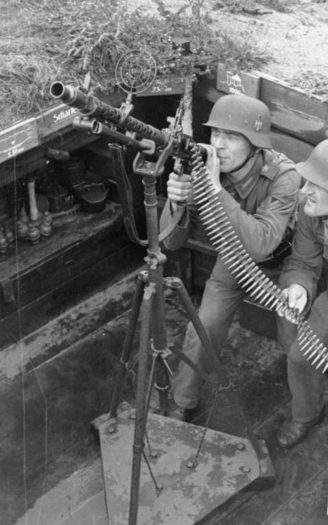 Солдаты у зенитного пулемета. 1942 г.