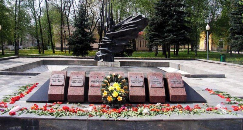 г. Лида. Скульптурный памятник по улице Мицкевича, 3, установлен в 1955 году на братской могиле, в которой похоронено 7 советских воинов.