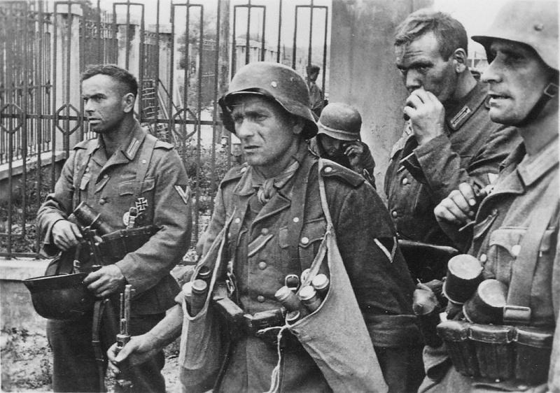 Немцы после боя. Июль 1942 г.