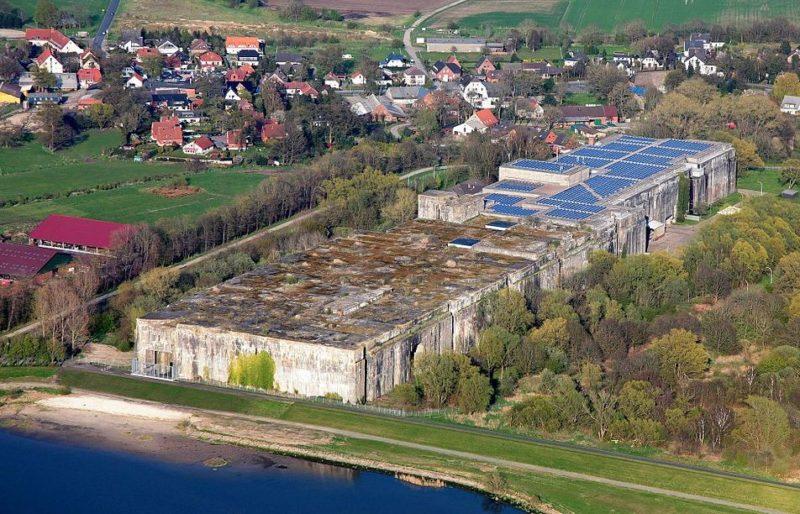 Сегодня на крыше бункера устроена солнечная электростанция.