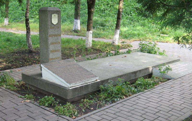 г. Лида. Памятник на территории центральной районной больницы, установленный на братской могиле, в которой похоронено 809 советских воинов и мирных жителей, из них 800 неизвестных.