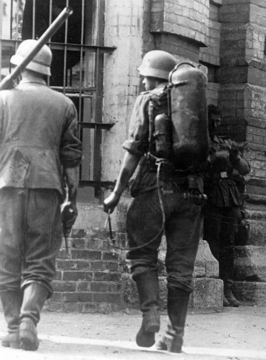 Немецкие огнеметчики на Буденовском проспекте. Июль 1942 г.