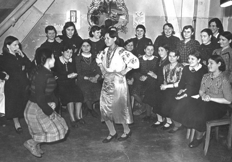 Работники издательства «Scherl» в Берлине после работы в бараке. Фотография немецкой пропаганды. Февраль 1943 г.