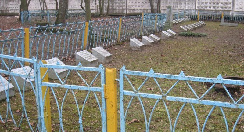 г. Лида. Братские могилы на православном кладбище по улице Советской, где захоронено 80 советских воинов.
