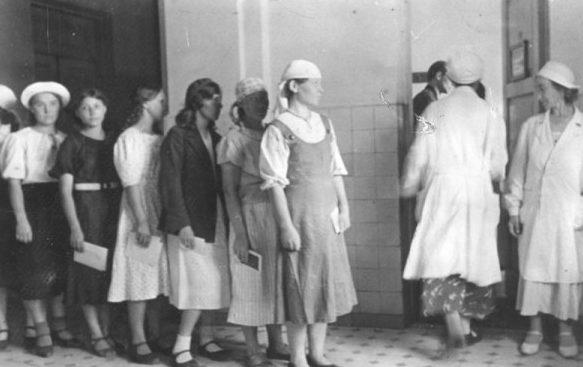 Медосмотр остарбайтеров в Германии. Май 1943 г.