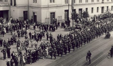 Горожане встречают немцев. Июль 1941 г.