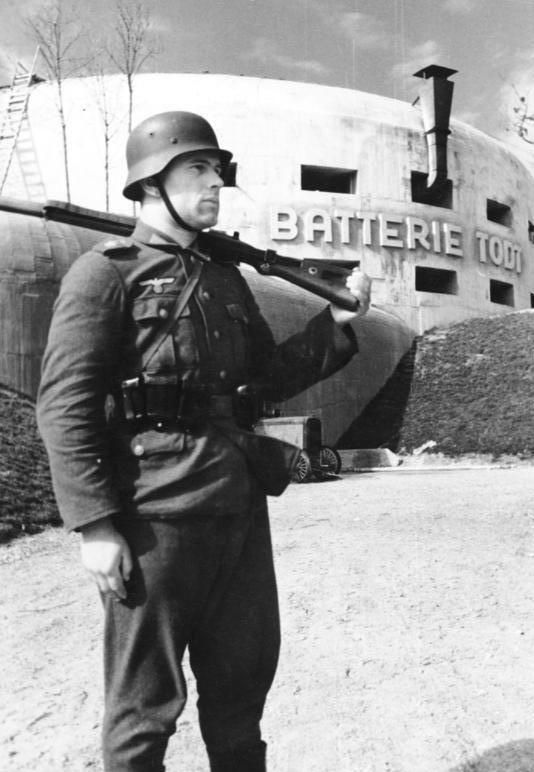Часовой у батареи Тодта. 1942 г.