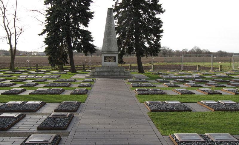 Муниципалитет Beetzsee р-н Бриелоу. Памятник, установленный у братских могил советских воинов.
