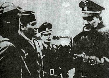 Командующий ВВС РОА генерал-майор Мальцев инструктирует пилотов.