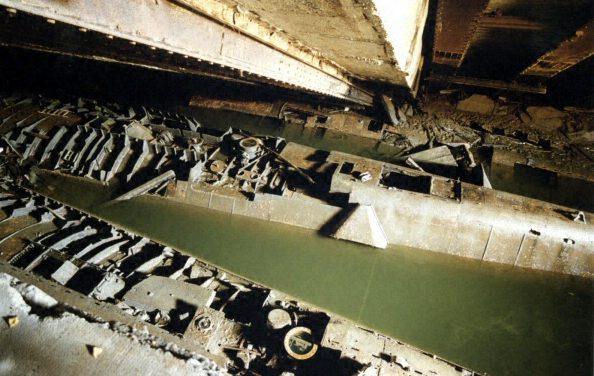 Подлодки U-2505 и U-3004 во взорванном бункере.