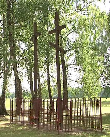 Две братские могилы – женская и мужская.