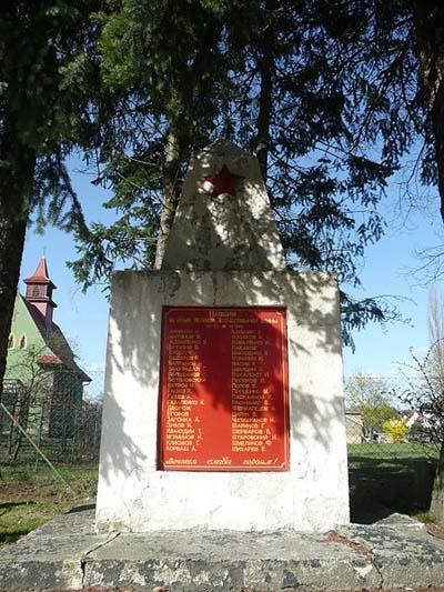 г. Вельцов. Памятник, установленный на братской могиле, в которой похоронено 70 советских воинов.
