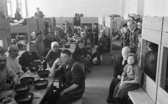 Барак. Некоторые депортированные женщины приезжали с детьми, которых не на кого было оставить на Родине. 1943 г.