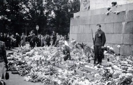 Почетный караул у монумента Свободы. Июль 1941 г.