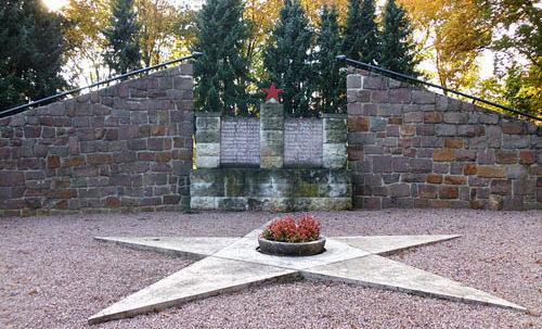 г. Вердер (Хавел). Памятник, установленный на братской могиле, в которой похоронен 21 советский воин.