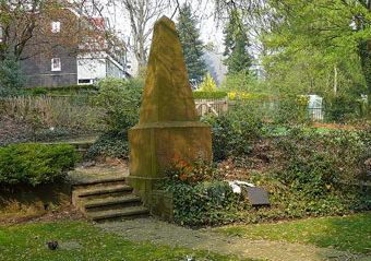 г. Вупперталь. Памятник, установленный на братской могиле, в которой захоронено 30 советских военнопленных.