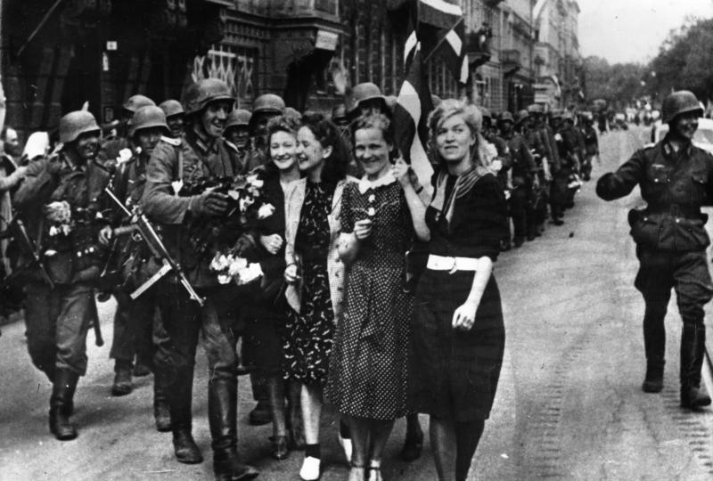 Немецкие солдаты в городе. Июль 1941 г.