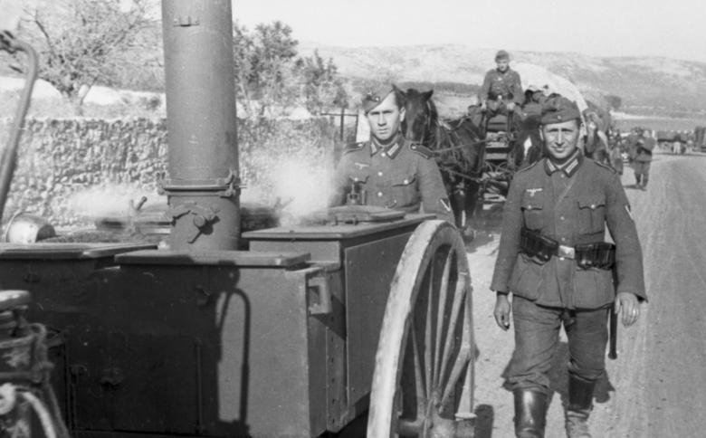 Полевая кухня в дороге. Нормандия. 1942 г.