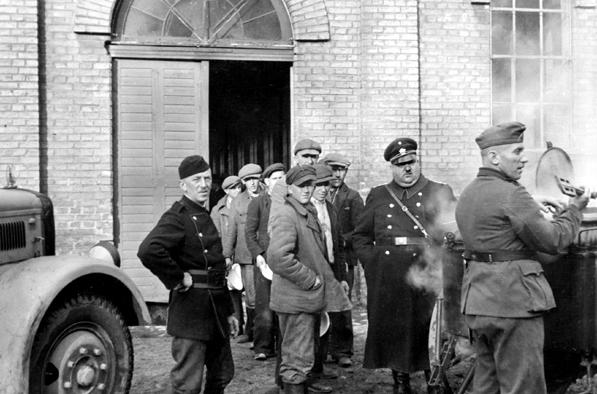 Украинские невольники во время раздачи еды. Ингольшдадт, Бавария. Весна 1943 г.