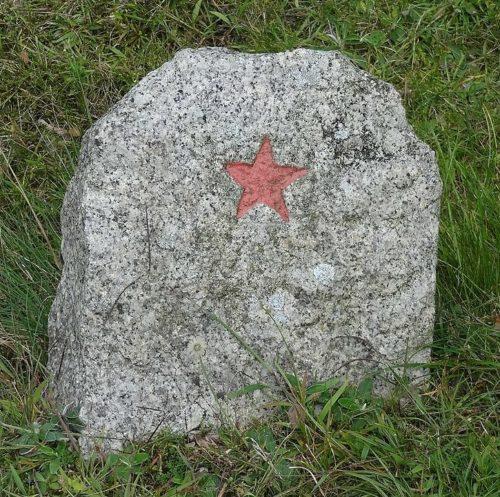 Один из надгробных камней на захоронении.