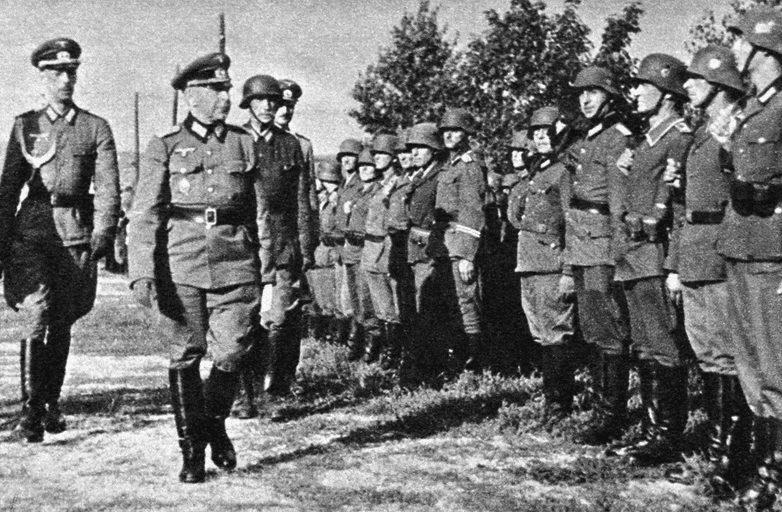 Солдаты дивизии на смотре.