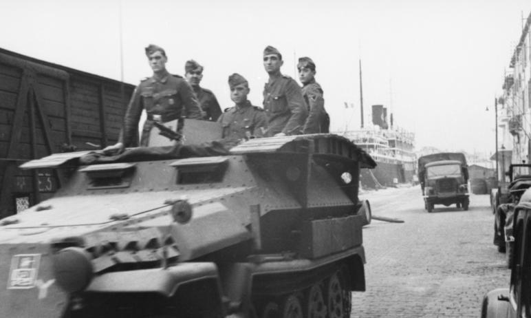 Бронетранспортер в порту. Нормандия. 1942 г.