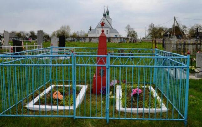 д. Подороск Волковысского р-на. Братская могила, в которой похоронено 12 воинов.