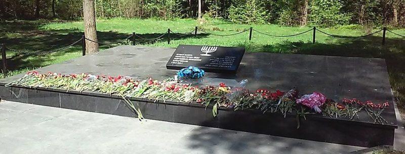 Братские могилы расстрелянных евреев.