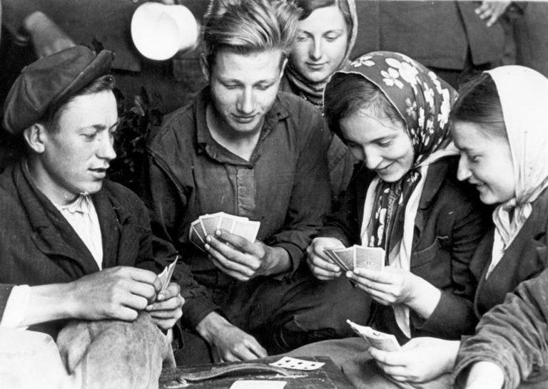 Восточные рабочие на пути в Германию. Май 1943 г. Фотография немецкой пропаганды.
