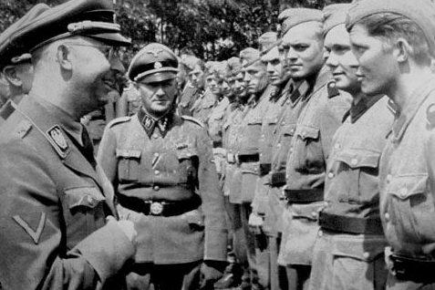 Генрих Гиммлер осматривал шведских добровольцев дивизии. Сеннхайм 1943 г.