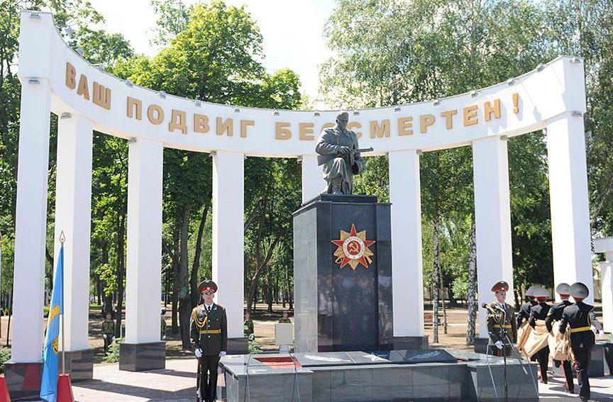 Центральный памятник на Алее Героев.