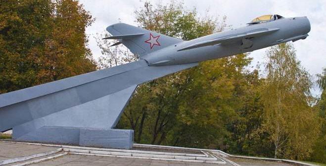 г. Мозырь. Самолет-памятник МИГ-17, установлен в честь героических подвигов летчиков.
