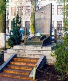 г. Лида. Обелиск в сквере обувной фабрики в память о 32 рабочих и служащих, погибших на войне.