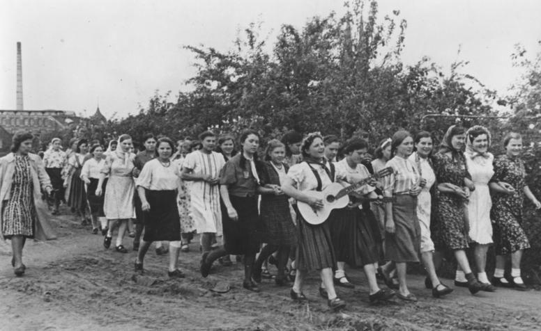 Рабочие в выходной день. Май 1943 г. Фотография немецкой пропаганды.