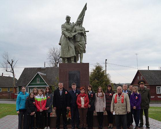 Агрогородок Подороск Волковысского р-на. Памятник, установленный в 1965 году на братской могиле, в которой захоронено 160 советских воинов, из них 141 неизвестный.