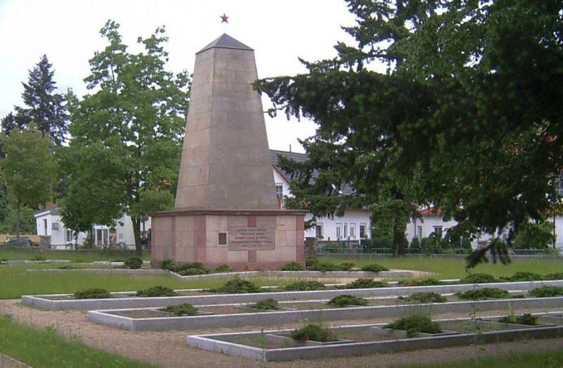 Коммуна Вольтердорф. Мемориал, установленный у братских могил, в которых похоронено 36 советских воинов и 13 польских подневольных рабочих.