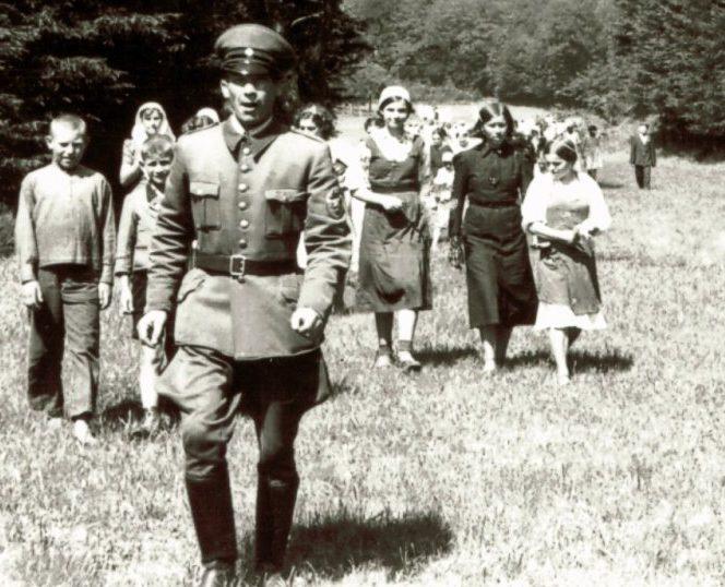 Организованная прогулка остарбайтеров. 1943 г. Так было на самом деле.