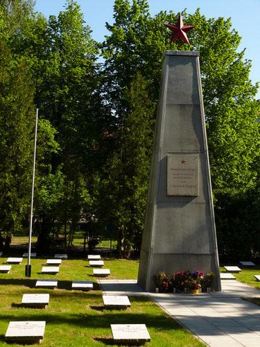 г. Анклам. Памятник, установленный у братских могил, в которых похоронено 99 советских воинов, умерших в госпитале от ран.