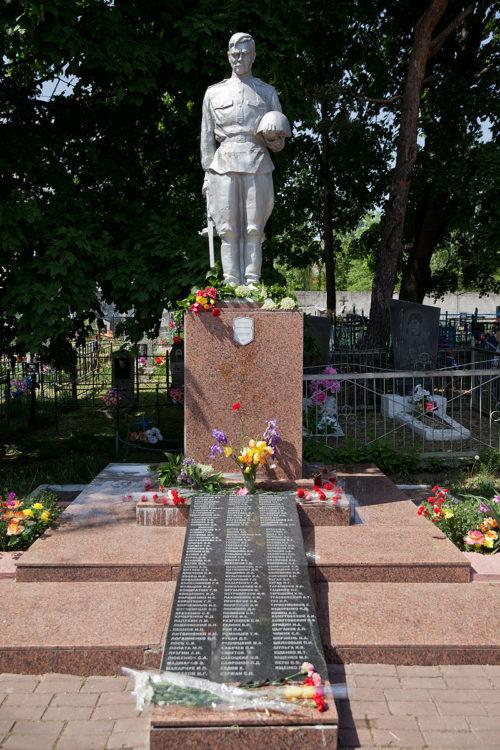 г. Мозырь. Памятник, установленный на братской могиле, в которой похоронен 151 советский воин.