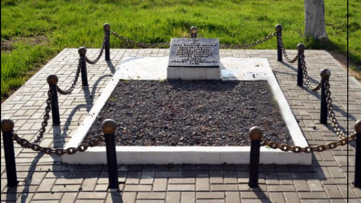 д. Родники Волковысского р-на. Братская могила, в которой захоронено 44 советских воина, из них 38 неизвестных.