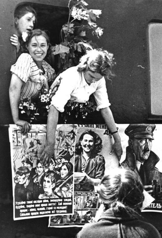 «Добровольцы Восточные рабочие приезжают в Германию». Май 1943 г. Фотография немецкой пропаганды.