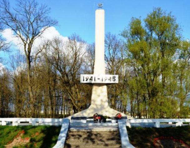 Агрогородок Субочи Волковысского р-на. Братская могила воинов, в которой захоронено 2 неизвестных воина.