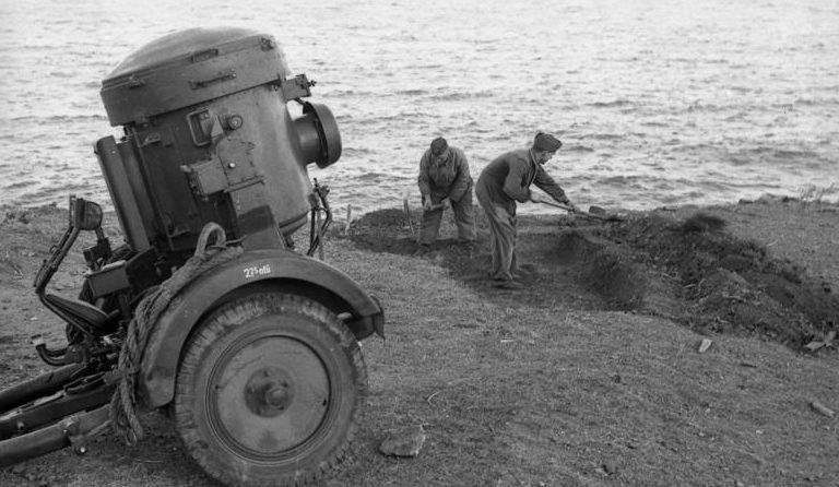 Оборудование позиции для зенитного прожектора. Нормандия. 1942 г.